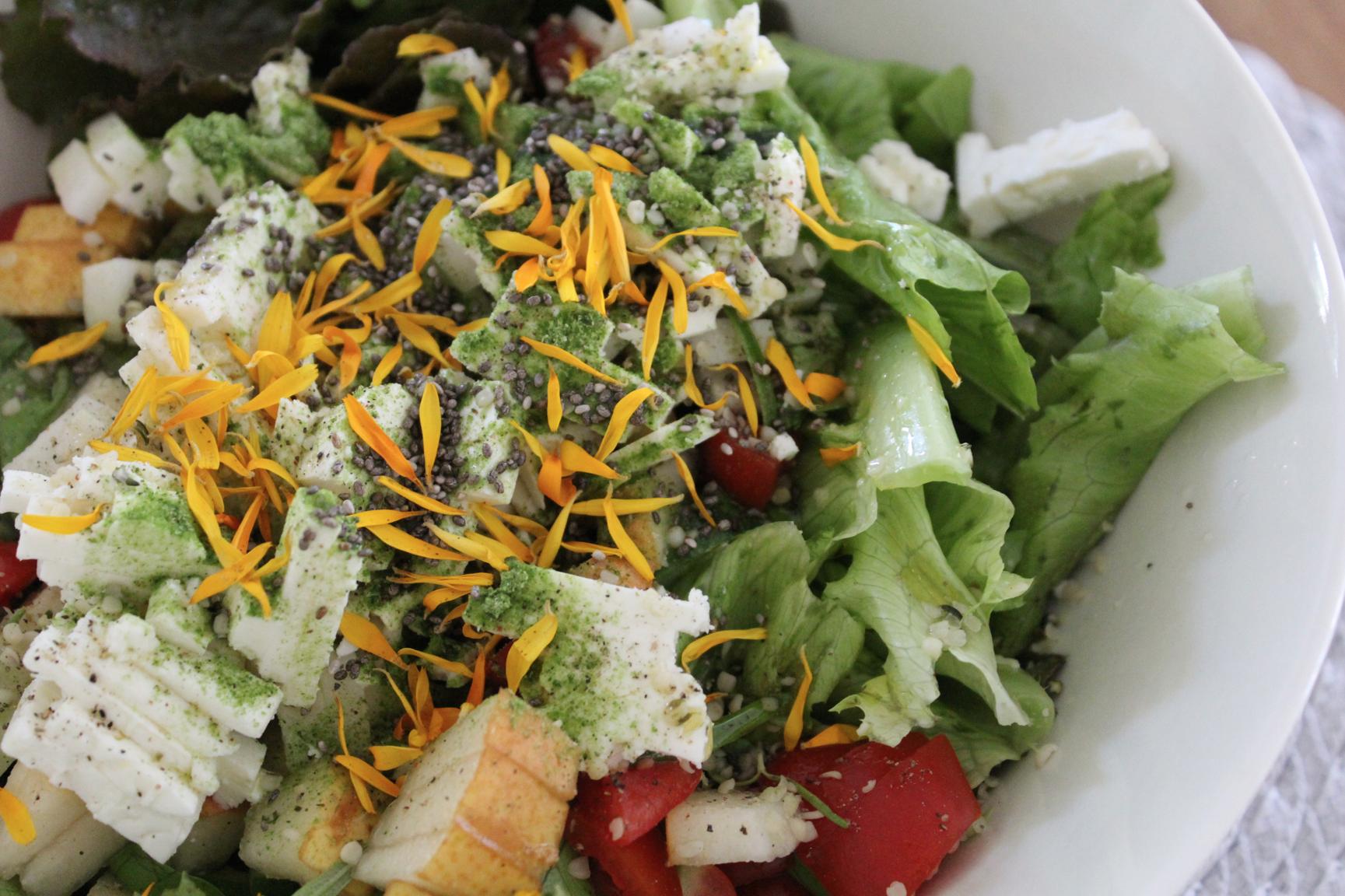 1 Bunter Salat mit Feta, Birne und Ringelblumenblüten