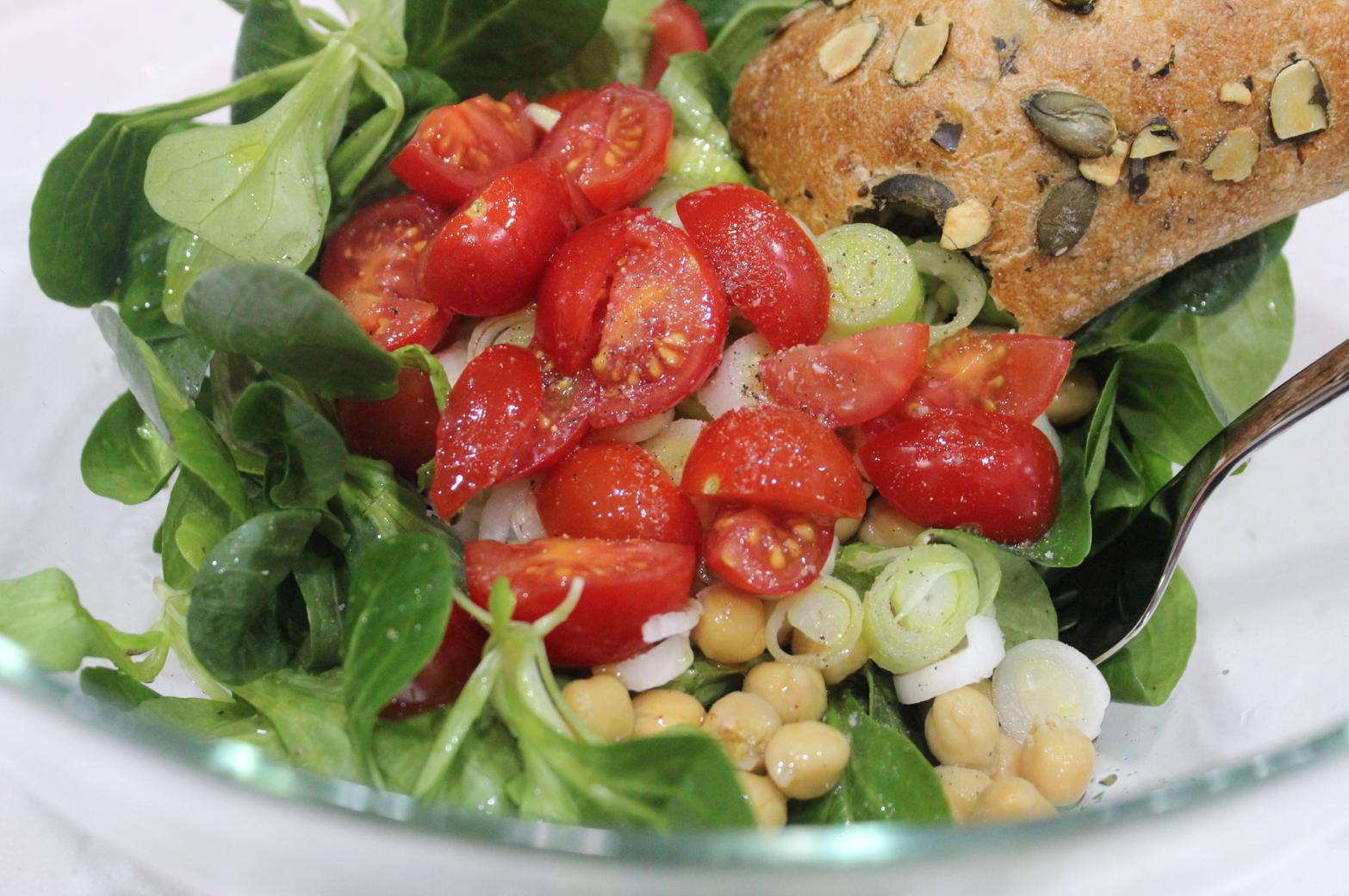 12 Vogerlsalat mit Kichererbsen Tomaten Kürbiskernweckerl