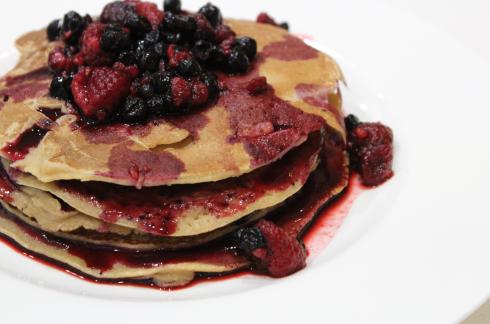 28 Pancakes mit Beeren und Brombeer Marmelade