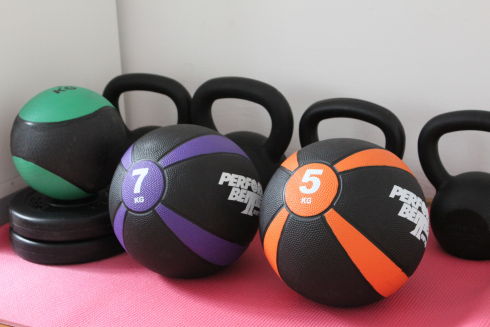 1 LaufSportPraxis Trainingsraum Equipment Medizinbälle Kettlebells