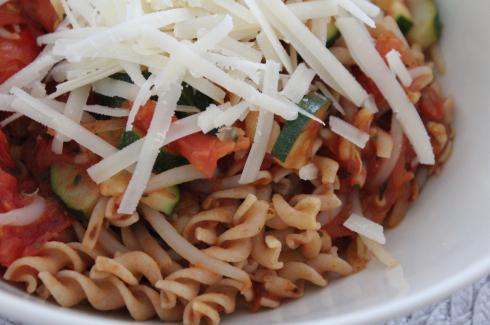 10 Dinkelpasta mit Gemüse und Parmesan