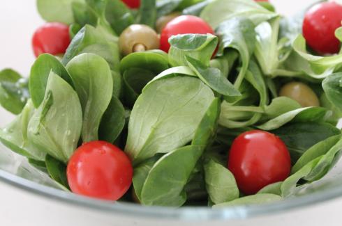 4 Feldsalat mit Oliven Mandeln und Tomaten