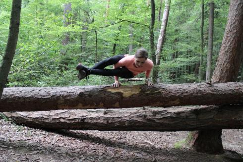 Eightangle Pose Woods Yoga im Wald