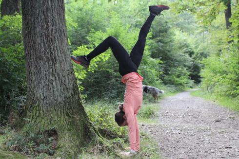 Handstand an Baum