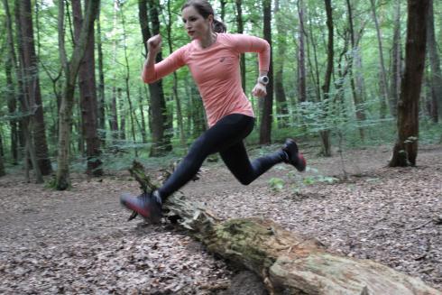 Sprung über Baumstamm