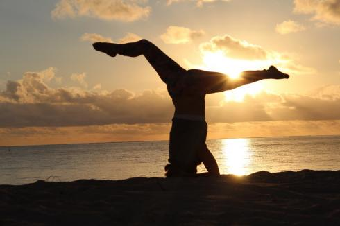 9-yoga-sonnenaufgang-kopfstand